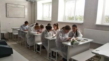 """Praktinis seminaras Varėnos """"Ąžuolo"""" gimnazijos moksleiviams Chemijos laboratorijoje"""