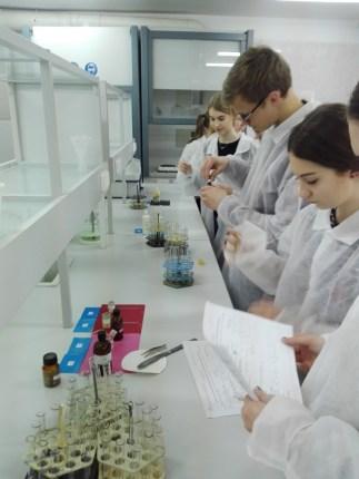 Chemijos laboratorijoje vyko praktinis seminaras Vilniaus m. Žvėryno gimnazijos moksleiviams