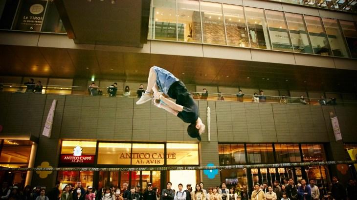紐の上でアクロバティックな動きをする大注目競技「スラックライン」のプロ選手 松本礼さんの熱い思い
