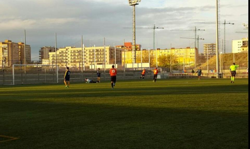 Dani sale corriendo para celebrar su segundo tanto, el del el 0-2, tras haber ganado en velocidad a la defensa del CD Sofía.