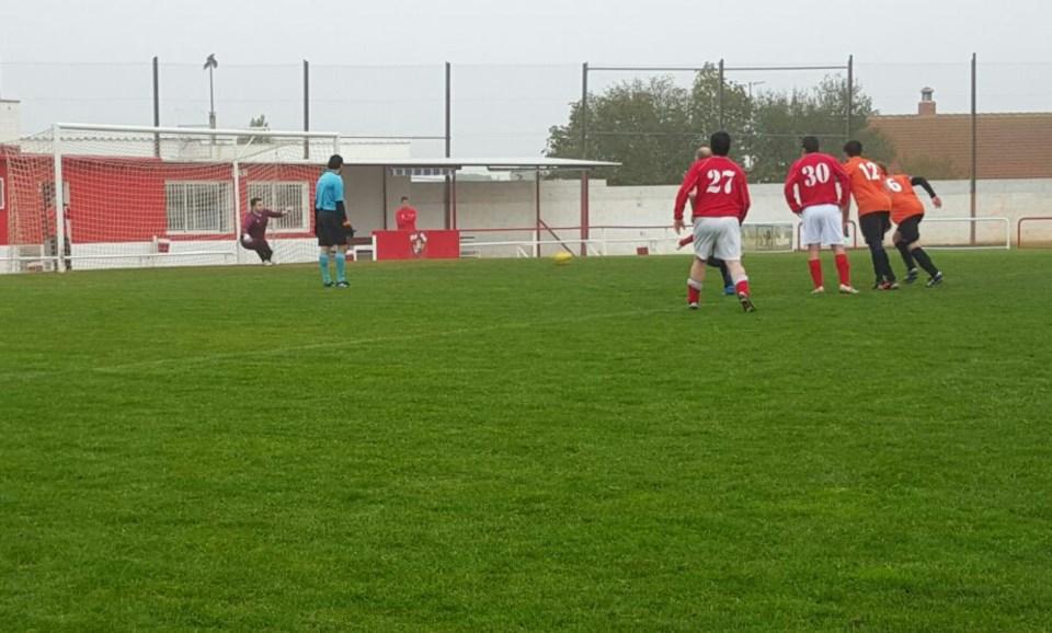 Javi adivina el lado pero no puede detener el lanzamiento de penalti de Raúl Blasco. Es el 2-0.