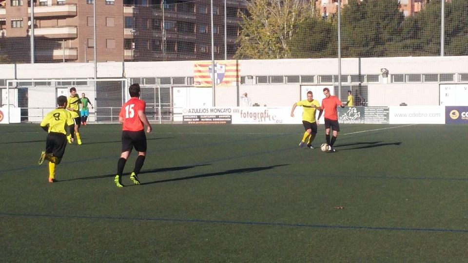 Dani controla el balón de espaldas a la portería del Deportivo Almozara.