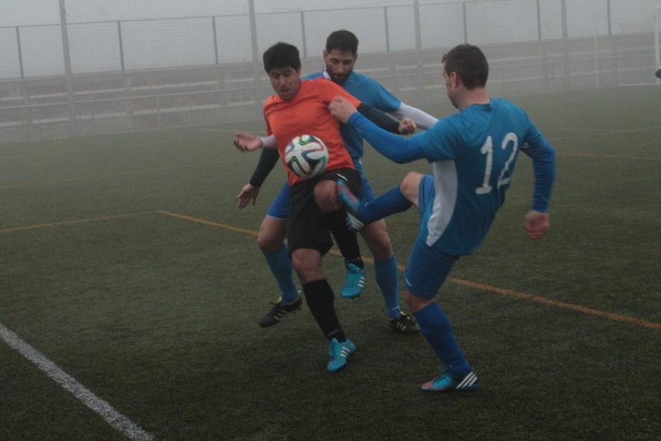 Joaquín, presionado por dos rivales