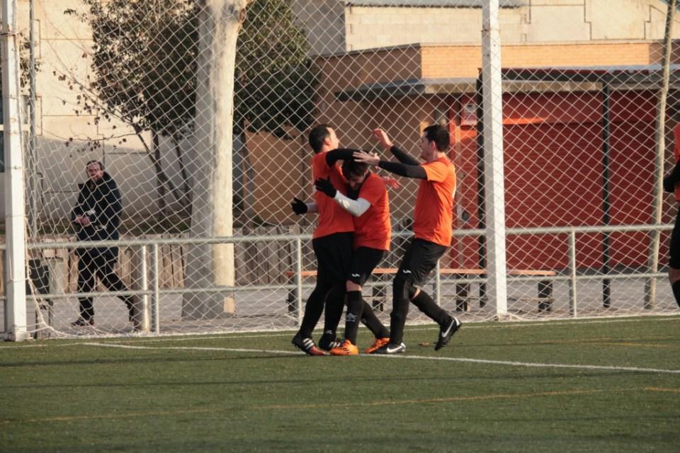 Jordi, autor del 2-0, y Posadas, quien le da el pase, se felicitan junto a Héctor por la buena jugada.