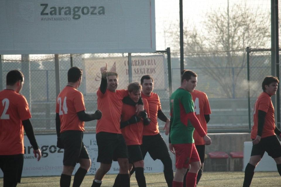 Julio recibe los abrazos de sus compañeros tras haber logrado un gran gol con la colaboración del portero rival.