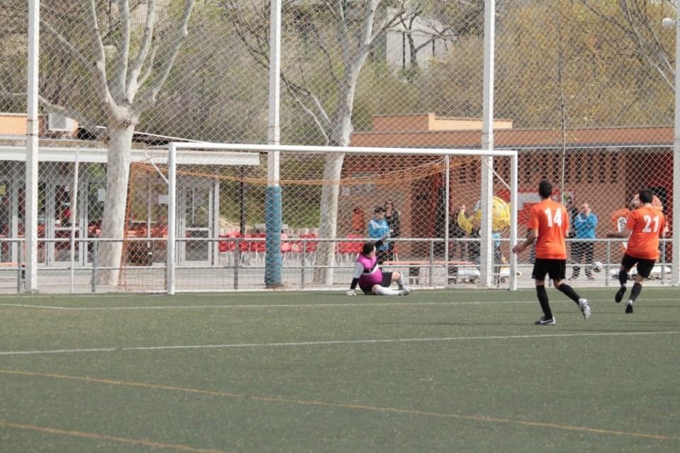 El penalti lanzado por Javier García se marcha fuera a la izquierda de Javi.