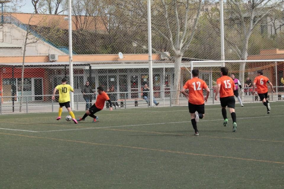 Zarzuela desborda a Arrébola y detrás corren Julio, David Orcajo y Alberto. Se estaba fraguando el 2-2