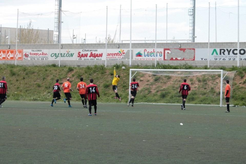 El chut directo de Joaquín sorprende a Alfonso. era el 1-1.
