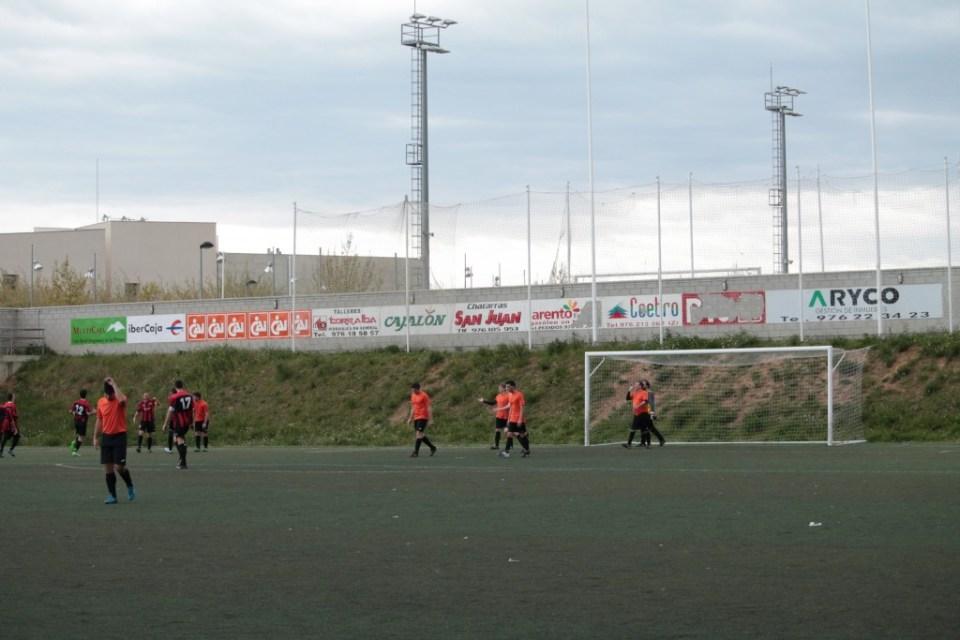 Otra vez Fauro. El delantero del Atlético Batán recibe la felicitación de sus compañeros ante de la desesperación de la zaga naranja.