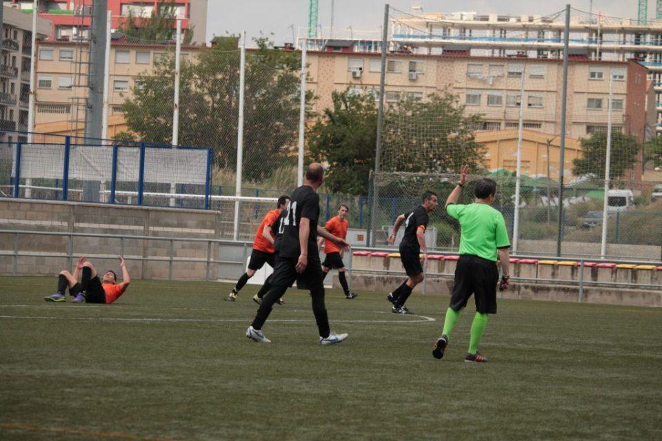 El árbitro no señaló penalti en la caída de David González tras la entrada de Ramos.