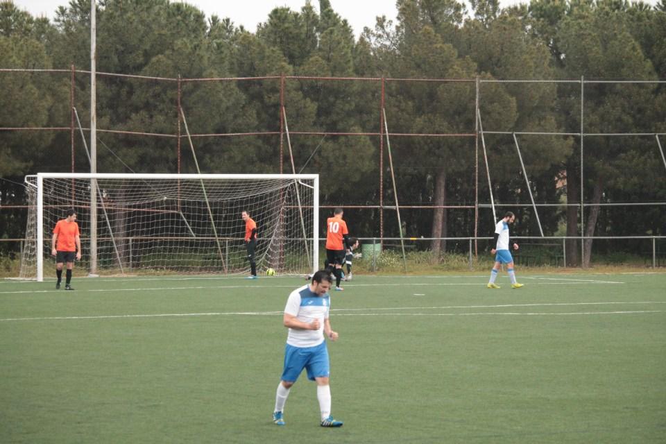 En primer plano, Pedro ceñebra el empate. Al fondo, Kike cariacontecido y el balón manso en la red.