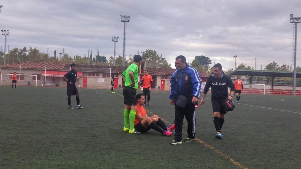 Posadas, en el suelo tras recibir la tarascada de Alloza, acción que para el árbitro no mereció ser castigada con tarjeta.