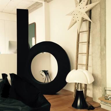 """La fameuse lettre """"b"""" - Lampe Pipistrello de Gae Aulenti (crédit photo Annabelle Brun)"""