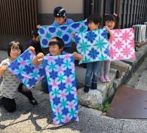 子供たちが雪花絞りを持っている様子