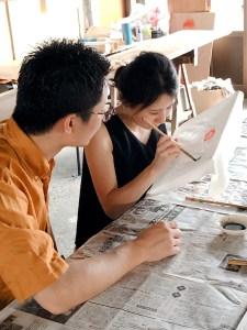 名古屋の友禅染を体験するカップル