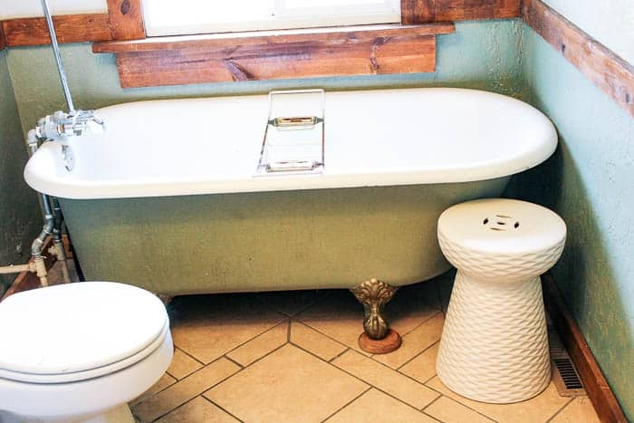 How To Paint A Claw Foot Tub In A Bathroom. A Super Easy DIY Tutorial