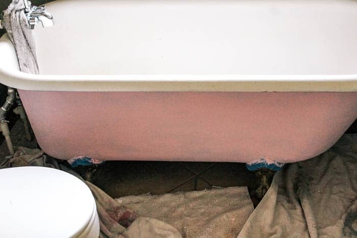 how to paint a claw foot tub in a bathroom. A super easy DIY tutorial to give your clawfoot bathtub a totally new look with chalk paint! All of the products, information, and tips you need for your dream tub!