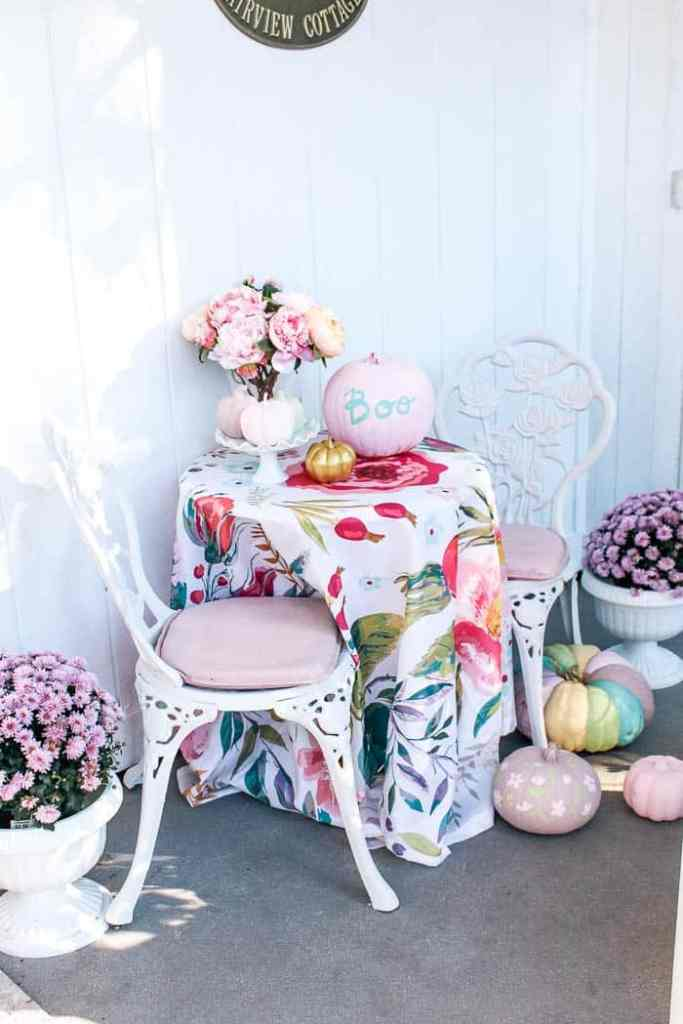 cast iron outdoor chair makeover and chairs. Do you have some of these cute metal vintage sets? Well, I have an easy DIY for your home! It includes chalk paint that'll totally makeover your outdoor furniture.