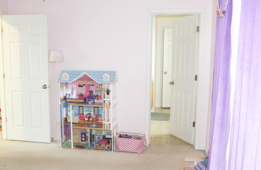girls room doll house
