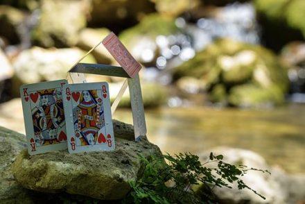 משחק קלפים בטבע