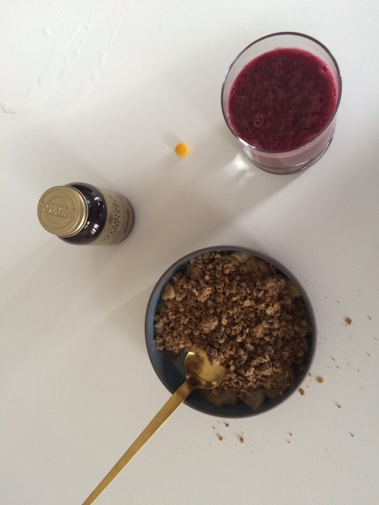 crumble sans four pomme banane - recettes végétariennes et vegan - atirelarigot