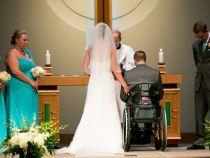 Spre surpriza sotiei sale, un barbat s-a ridicat din scaunul cu rotile pentru dansul mirilor