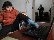 O tanara paralizata a scris un roman de 60.000 de cuvinte doar cu piciorul stang