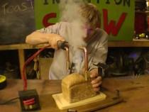 Inventie inedita: Cutitul care taie si prajeste painea in acelasi timp