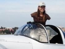 Exceptional: O femeie fara brate piloteaza un avion cu picioarele