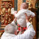 Bebelușul botezat la Suceava a murit în urma asfixierii cu lichid, arată concluziile preliminare