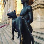Sculptor acuzat de înșelăciune