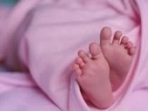 Mama care și-a abandonat fetița de cinci zile în scara unui bloc s-a predat autorităților