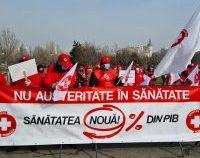 Angajații din sănătate și polițiștii protestează în fața instituțiilor centrale