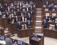 Republica Moldova: Deputații l-au declarat mort pe un scriitor aflat în viață și au ținut un moment de reculegere   VIDEO