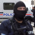 Franța: Trei polițiști, răniți de către un militant islamist