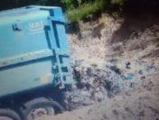 Gunoiul adunat din comună este îngropat în pădure de către un primar din Vâlcea | VIDEO