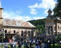 Pregătiri pentru pelerinajul de la Mânăstirea Nicula, unde va fi și un centru de vaccinare | AUDIO
