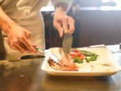 Gorj: Un tânăr a găsit un bandaj în mâncarea pe care o comandase la un restaurant