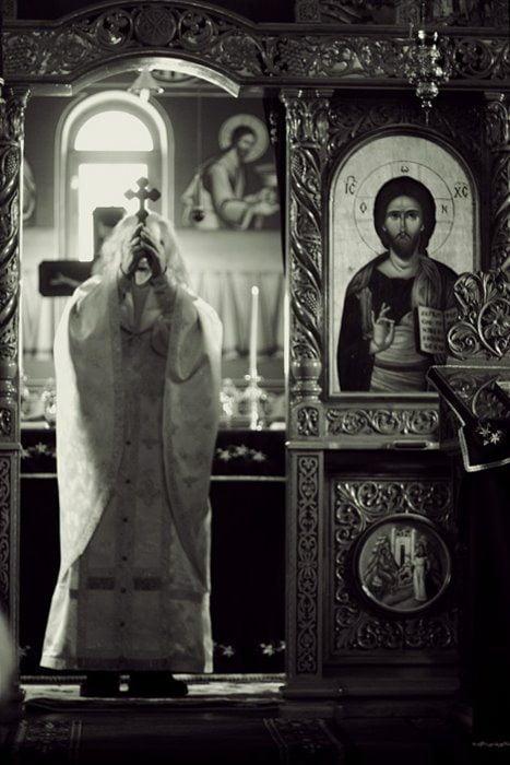 Părintele Justin Pârvu cu Sfânta Cruce ridicată