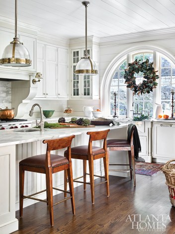 In the kitchen, Atlanta artist Brian Carter hand-painted acorns on the sconces, sourced from Vaughan Designs, an update that also nods to the home's leafy surrounds.