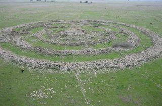 Abb. 2 Das Rujm el-Hiri / Gilgal Refaim stellt in der Tat eine geradezu ideale 'Location' für eine glaubhaft aufgezogene Geschichte über den angeblichen Fund der Überreste von Riesen dar.