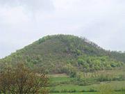 Abb. 4 Die 'Pyramide des Mondes', mit ihrer perfekten geographischen Ausrichtung nach den Himmelsrichtungen (Westen, Norden, Süden), ist die zweit-größte Struktur im Tal von Visoko