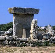 Abb. 6 Die Taula von Trepucó (Die Stütze wurde erst vor einigen Jahren angebracht.)