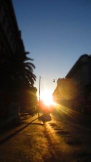Die Sonne steht schon tief und wirft goldenes Licht in die Straßen