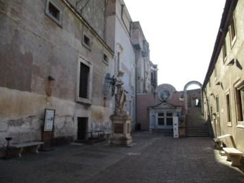 Der von Raffaello da Montelupo geschaffene Erzengel im Cortile dell'Angelo