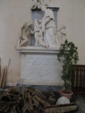 Eine sakrale Skulptur und darunter die Teile der Krippe, die noch aufgebaut werden muss