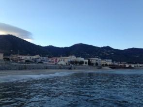 Blick vom Wasser auf Cefalù
