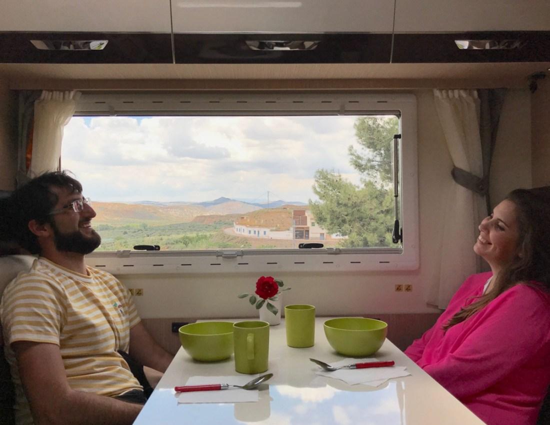 El interior de la caravana
