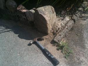 Vi sprängde och rökte ut myrorna ur deras fortifikationer. Utanför satt vi beredda med hammare.