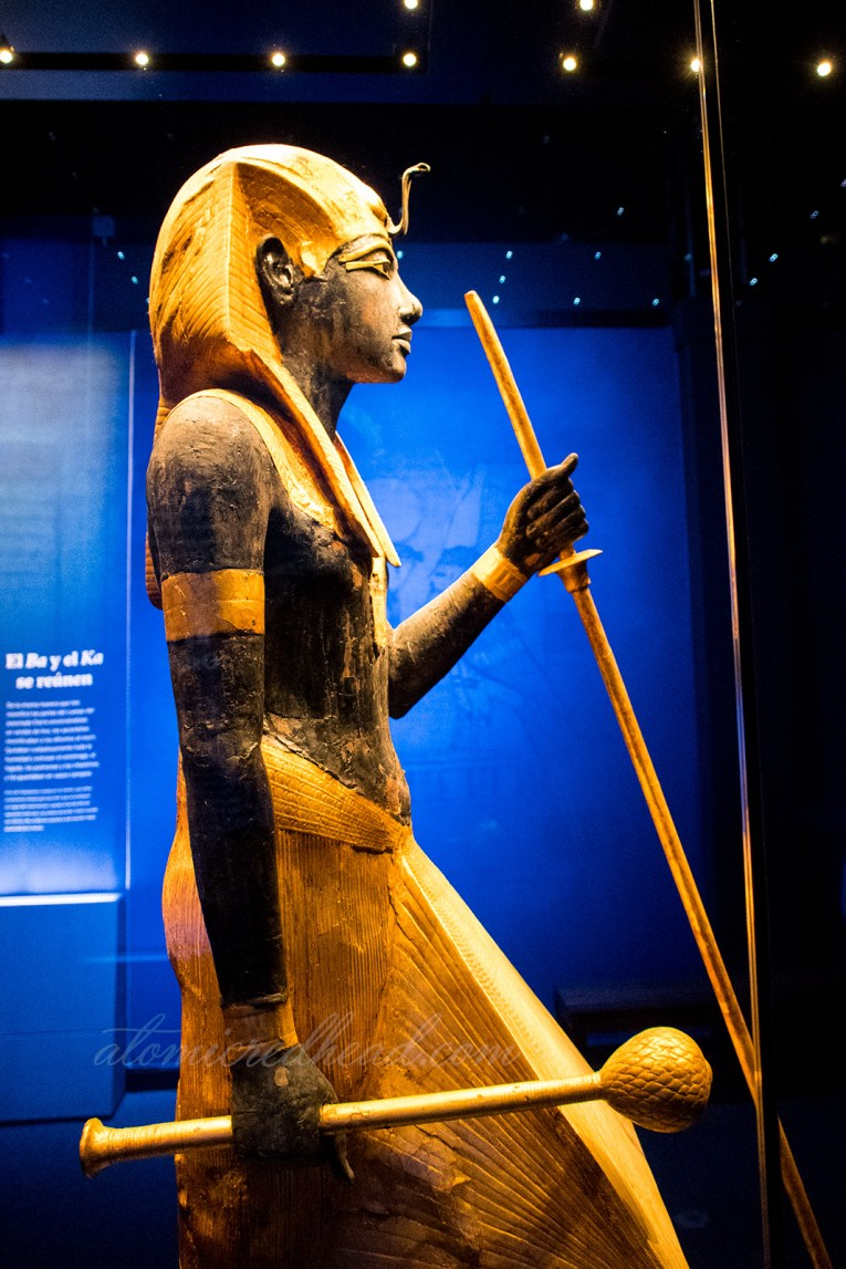A large statue of gold and black of Tut.